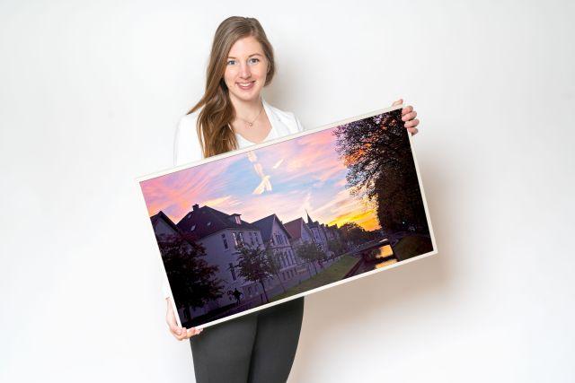 Sarah Rudolph, Mitarbeiterin der Oldenburg Tourismus und Marketing GmbH mit ihrem Lieblingsbild vom Haarenufer.